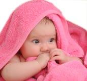 L'enfant en rouge un essuie-main photographie stock