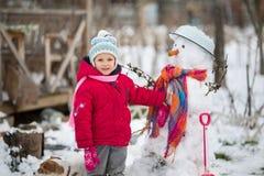 L'enfant est bonhomme de neige moulé Image stock