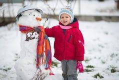 L'enfant est bonhomme de neige moulé Photo libre de droits