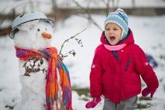 L'enfant est bonhomme de neige moulé Photographie stock libre de droits