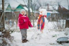 L'enfant est bonhomme de neige moulé Photo stock