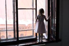 L'enfant est en danger photographie stock