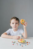 L'enfant est heureux de manger les biscuits faits maison avec du lait images libres de droits