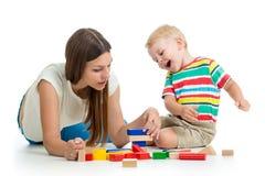 L'enfant et son jeu de maman joue ensemble image libre de droits