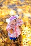 L'enfant féminin de fille de fille reposent la nature d'arbres de feuilles de jaune d'automne de famille d'amour Images libres de droits