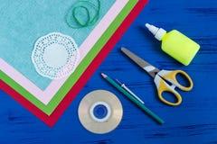 L'enfant fait la carte jour du 8 mars ou de la mère à ` s Étape 1 Photographie stock