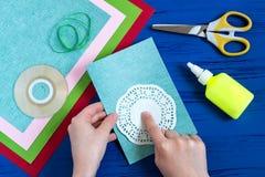 L'enfant fait la carte jour du 8 mars ou de la mère à ` s Étape 2 Photographie stock