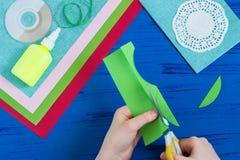 L'enfant fait la carte jour du 8 mars ou de la mère à ` s Étape 4 Images stock