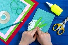 L'enfant fait la carte jour du 8 mars ou de la mère à ` s Étape 5 Image libre de droits