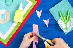 L'enfant fait la carte jour du 8 mars ou de la mère à ` s Étape 7 Image libre de droits