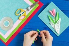 L'enfant fait la carte jour du 8 mars ou de la mère à ` s Étape 10 Photographie stock libre de droits
