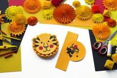 L'enfant fait un papier fabriqué à la main Origami de tigre images libres de droits