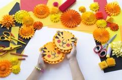 L'enfant fait un papier fabriqué à la main Origami de tigre image stock