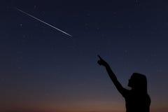 L'enfant fait un souhait en voyant une étoile filante photographie stock libre de droits