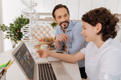 L'enfant futé parlant avec son père au sujet de l'économie publie Photographie stock libre de droits