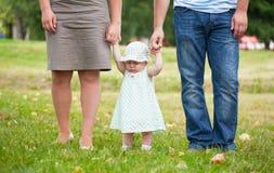 L'enfant garde pour des mains des parents Photo stock