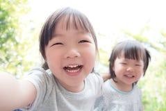 L'enfant heureux prennent un selfie Images libres de droits