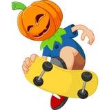 L'enfant jouant le port de planche à roulettes hallowen le masque Images stock