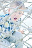 L'enfant joue en parc Image stock