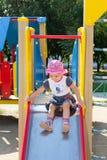 L'enfant joue sur le terrain de jeu Photo stock