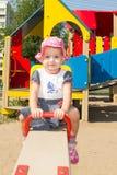 L'enfant joue sur le terrain de jeu Image libre de droits
