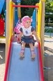 L'enfant joue sur le terrain de jeu Image stock