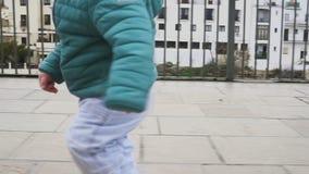 L'enfant joyeux danse et court dans un endroit historique l'espagne ronda Mouvement lent clips vidéos
