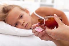 L'enfant malade attend le médicament photos stock