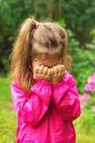 L'enfant malheureux pleure dehors Photo libre de droits