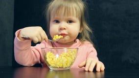 L'enfant mange avec la cuillère banque de vidéos