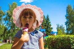 L'enfant mange la crème glacée  Photo stock