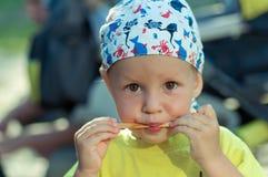 L'enfant mange le dessert photos stock