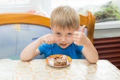 L'enfant mange un dessert Image libre de droits