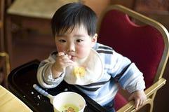L'enfant mangent Photos stock