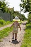 L'enfant marche le long du chemin Images stock