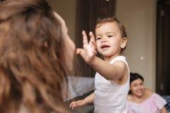 L'enfant mignon de fille ont l'amusement avec l'ami de sa mère Images stock