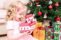 L'enfant mignon tient le boîte-cadeau dans des mains Image stock