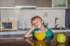 L'enfant ne veut pas manger d'un gruau photos libres de droits