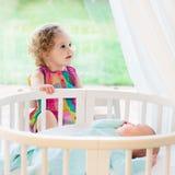 L'enfant nouveau-né rencontre sa soeur images stock