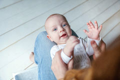 L'enfant nouveau-né se trouve sur son recouvrement du ` s de mère Photo stock