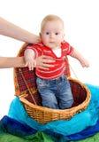 L'enfant obtenant d'un panier Image libre de droits