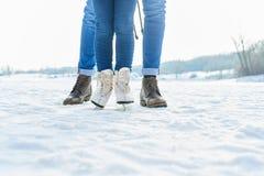 L'enfant patine avec le père en hiver photographie stock libre de droits