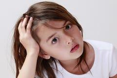 L'enfant pensant recherchant l'aide Image libre de droits