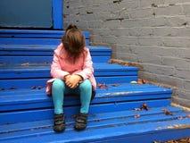 L'enfant perdu pleure sur des étapes photographie stock libre de droits