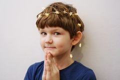 L'enfant a plié ses mains dans la prière photographie stock libre de droits