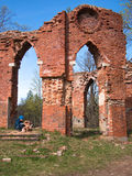 L'enfant plie des briques sur les ruines Photo stock