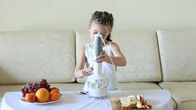 L'enfant prépare un cocktail dans un mélangeur banque de vidéos