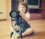 L'enfant prend la photo avec l'appareil-photo Photo libre de droits