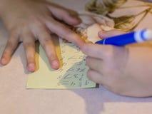 L'enfant résout des maths à la table photos stock