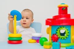 L'enfant rassemble une pyramide Image stock